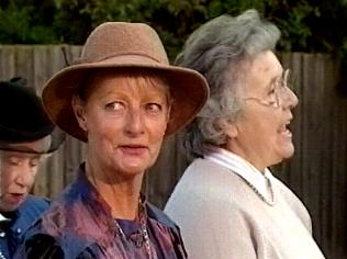 The Keeping Up Appearances Gallery on YCDTOTV.de   Path: www.YCDTOTV.de/kua_img/e2_316.jpg