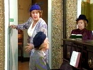 The Keeping Up Appearances Gallery on YCDTOTV.de   Path: www.YCDTOTV.de/kua_img/e2_321.jpg