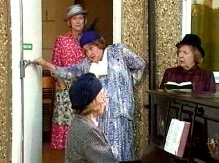 The Keeping Up Appearances Gallery on YCDTOTV.de   Path: www.YCDTOTV.de/kua_img/e2_325.jpg