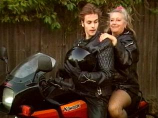 The Keeping Up Appearances Gallery on YCDTOTV.de   Path: www.YCDTOTV.de/kua_img/e2_327.jpg