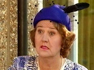The Keeping Up Appearances Gallery on YCDTOTV.de   Path: www.YCDTOTV.de/kua_img/e2_328.jpg