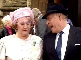 The Keeping Up Appearances Gallery on YCDTOTV.de   Path: www.YCDTOTV.de/kua_img/e3_236.jpg